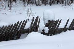 Paysage provincial russe d'hiver avec la vieille barrière en bois Photos libres de droits