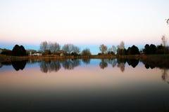 Paysage réfléchi suburbain Photographie stock