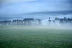 Paysage rêveur perdu en brouillard épais, Valle di Casies photographie stock