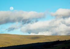 Paysage rapide de la lever de la lune dans un ciel nuageux dans l'Ecuado Photo stock