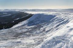 Paysage renversant de montagne de ciel bleu en hiver avec la neige couverte Photographie stock