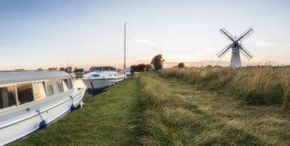 Paysage renversant de moulin à vent et de rivière à l'aube sur le morni d'été Photographie stock