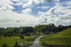 Paysage renversant et vibrant Cuvette de voyage par la route roulant les collines vertes photos stock