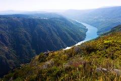 Paysage rocheux avec la rivière en Galicie Image libre de droits