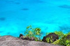 Paysage rocheux en Seychelles avec l'eau de mer Photo stock