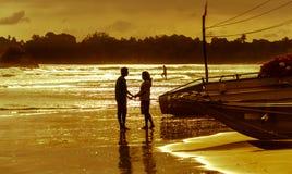 Paysage romantique de plage de Weligama avec le coucher du soleil étonnant Photos stock