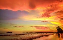 Paysage romantique de plage de Weligama avec le coucher du soleil étonnant Photographie stock
