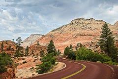 Paysage rouge incurvé d'Asphalt Road Running Through The de roche de SA images stock