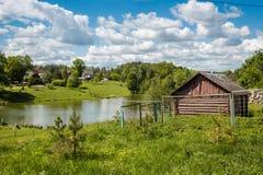 Paysage rural, étang et une vieille cave images stock