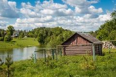 Paysage rural, étang et une vieille cave image libre de droits