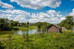 Paysage rural, étang et une vieille cave images libres de droits