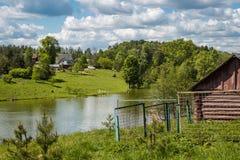 Paysage rural, étang et une vieille cave photographie stock libre de droits