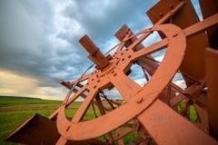 Paysage rural avec des lames de vapeur de palette de cru sur l'herbe et le ciel bleu d'orage image libre de droits
