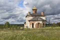 Paysage rural avec l'église reconstituée de Saint-Nicolas le Wonderworker Photographie stock
