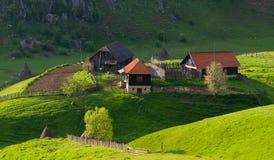 Paysage rural avec la maison dans la lumière de lever de soleil d'été Photos stock
