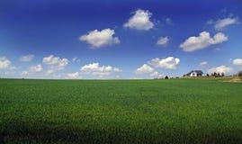 Paysage rural avec une maison photographie stock libre de droits