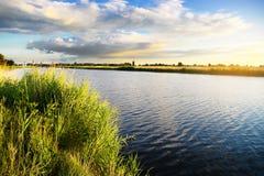 Paysage rural d'été avec la rivière de Szkarpawa au coucher du soleil Photos libres de droits