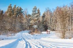 Paysage rural d'hiver avec la forêt et la route images stock