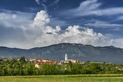 Paysage rural dans Friuli, Italie avec la petite ville sur les collines photographie stock libre de droits