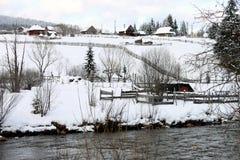 Paysage rural de la Roumanie dans l'horaire d'hiver photographie stock libre de droits