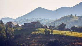 Paysage rural de matin, village de Pestera, Roumanie Photo libre de droits