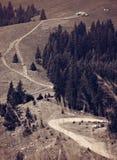 Paysage rural de mointain de cottage de maison avec la route de campagne photo stock