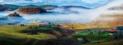 Paysage rural de montagne dans le matin d'automne - Fundatura Ponorului, Roumanie photo stock