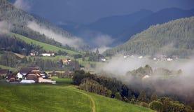 Paysage rural en brouillard photos libres de droits