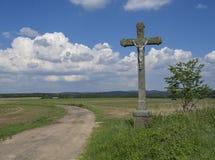 Paysage rural idyllique avec la vieille croix en pierre avec Jesus Christ s Photo stock
