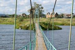 Paysage rural russe avec un pont au-dessus de rivière photographie stock
