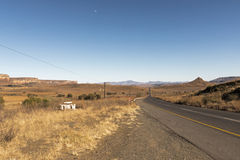 Paysage rural vide d'hiver d'Asphalt Road Running Through Dry photo libre de droits