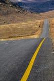 Paysage rural vide d'hiver d'Asphalt Road Running Through Dry photographie stock libre de droits