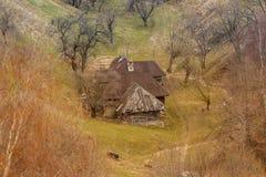 Paysage rural - vieille maison en bois photo stock