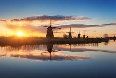Paysage rustique avec de beaux moulins à vent néerlandais traditionnels Images stock
