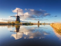 Paysage rustique avec de beaux moulins à vent néerlandais traditionnels Image libre de droits