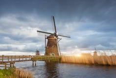 Paysage rustique avec les moulins à vent néerlandais traditionnels Photographie stock libre de droits