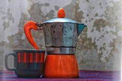 paysage rustique avec une tasse de café et une bouilloire Photographie stock libre de droits