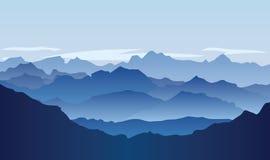 Paysage sans vie avec les montagnes énormes au-dessus du soleil Image libre de droits