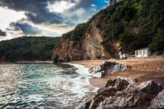 Paysage scénique de littoral avec des falaises et des roches dans le pays de l'Europe sur le littoral balkanique Photographie stock