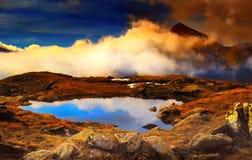 Paysage scénique de montagne de haute altitude avec le lac de montagne Photos stock