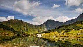 Paysage scénique de montagnes, pré, lac Image libre de droits