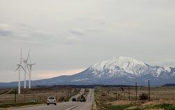 Paysage scénique du Colorado d'été avec les turbines de vent et la route photos stock