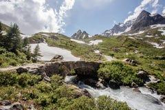 Paysage scénique paisible avec un pont en pierre images libres de droits