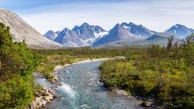Paysage scandinave avec la rapide dans une rivière et un glacier dedans image libre de droits