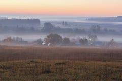 Paysage serein d'automne Champs et arbres éloignés en brume au soleil image stock