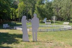 Paysage sous forme de couple dans l'amour en parc Photographie stock