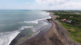 Paysage stupéfiant d'île avec les palmiers, la ligne mignonne de côte et les wavews au coucher du soleil banque de vidéos