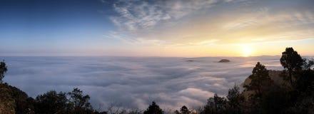 Paysage stupéfiant de la mer des nuages à Taïwan image stock