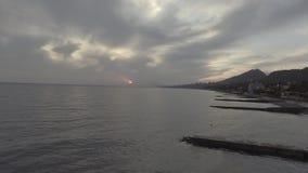 Paysage stupéfiant de mer, ligne de côte, colline verte au coucher du soleil avec le ciel nuageux banque de vidéos