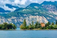 Paysage stupéfiant de policier de lac avec la petite maison, les threes et la montagne images libres de droits